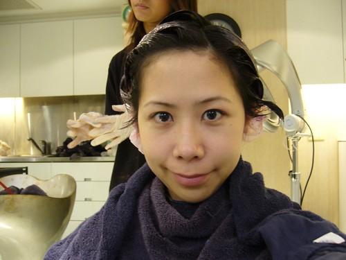 你拍攝的 染髮中,髮根先不染。
