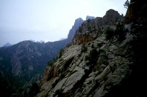 Giru di Ferriate 95 : La dalle-dièdre et la fissure-écaille