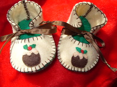 CREAM AND GREEN HANDMADE BABY SHOES WITH CHRISTMAS PUDDING MOTIFS (Funky Shapes) Tags: christmas uk baby love colors kids shower shoes autum handmade unique oneofakind crafts felt zapatos fabric gift kawaii bebe ribbon accessories etsy feltro slippers booties wholesale christmaspudding telas bebes babygift funkyshapes babyclothing babyslippers etsybaby craftcolours