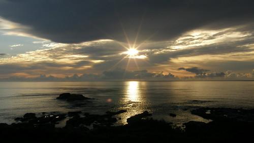 43.太陽露面將陽光灑上海面 (1)