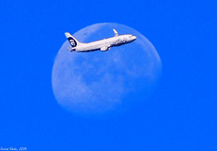 Fly Me To The Moon (Zonnie Toledo) Tags: moon alaskaairlines alaskaair boeing737 nikond40x