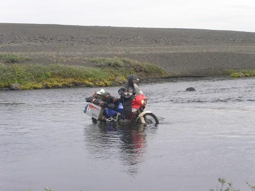 Motorradfahrt durch eine Furt