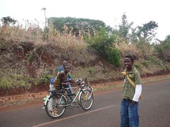 A pied Fidle ! (christophe902) Tags: burundi frontire fidle
