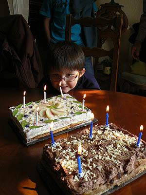 alexandre souffle ses bougies.jpg