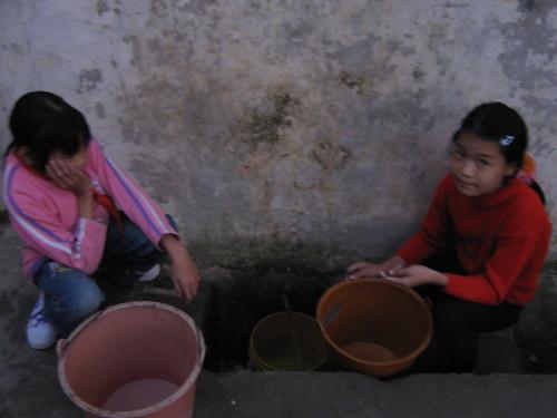 幸福希望小学的孩子们在等水:全校师生只靠这一个水龙头用水。水从天上来。