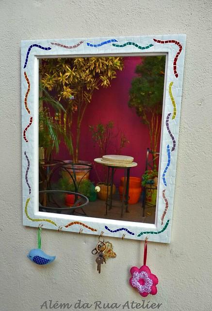 Espelho com moldura de mosaico e porta-chaves