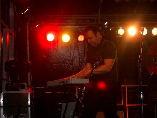 Dany tocando también el teclado