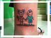 tatuagem bonecos palito na perna TARZIA TATTOO -