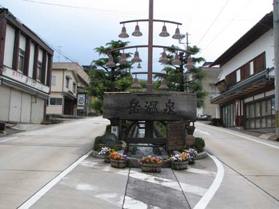 岳温泉街入口