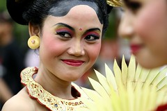 senyum manis (Farl) Tags: street travel ladies woman colors beauty festival lady female indonesia photography culture parade portraiture offering tradition hindu denpasar balinese baliartsfestival 100mmf28macro meped baliartsfestival2008
