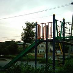 【写真】ミニデジで撮影した夕暮れの公園(滑り台)