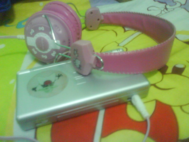 Hello Kitty headphones!!! Got them at last :D