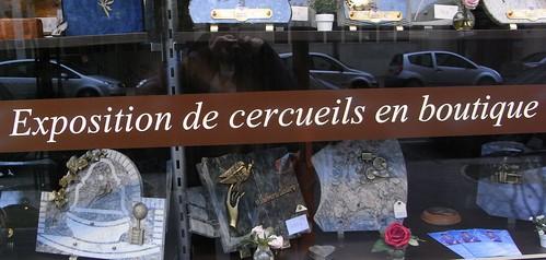 Exposition de cercueils en boutique