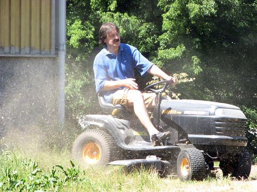 Gubben klipper gräset