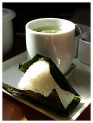 breakfast (Roberta Romagnoli / wererabbit) Tags: food seaweed cup japan breakfast tokyo rice tea salmon onigiri greentea
