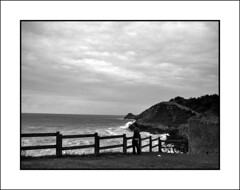 mirando al mar (Bous Castela) Tags: sea sky paisajes blancoynegro water canon landscape mar blackwhite spain agua gente asturias paisaje cielo nubes mirador barandilla celorio fotocallejera fotografiacallejera ltytr2 ltytr1 canonpowershotsd750