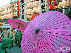 Amazing Japanese umbrella ball spinning (Jason Collin) Tags: pink festival japan umbrella japanese amazing streetphotography parasol streetperformance catchycolorspink nikond80 japaneseperformers tamronaf1750mmf28xrdiii newyearsfestival