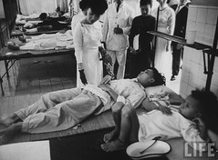 6-1962 Mrs. Dinh Nhu Ngo visiting hospital par VIETNAM History in Pictures (1962-1963)