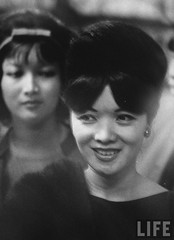 9-1963 paris Mme Ngo Dinh Nhu (fore) & her daughter Ngo Dinh Le Thuy, while at a fabric store. par VIETNAM History in Pictures (1962-1963)