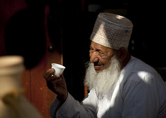 Old bearded man with a cup of coffee in Nizwa, Oman (Eric Lafforgue) Tags: tourism cup beard cafe oldman arabic arabia arabian peninsula oman ramadan cofee barbe omn  omani arabie   9261 lafforgue  om  omo umman omaan   omanais   omna omanas umn