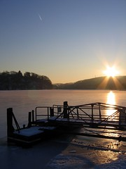 Sunset at Baldeneysee (c-h-l) Tags: blue schnee winter light sunset sky sun lake snow reflection ice contrast germany deutschland licht frozen essen shadows sonnenuntergang himmel nrw eis sonne schatten ruhrgebiet 2009 blauer baldeneysee zugefroren platinumheartaward