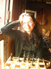 Resplandor (SOFIA FM) Tags: ventana cafe mujer yo negro sonrisa juego chello lentes rostro playas ajedrez cuadros tablero resplandor