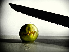 Scary / Afraid Green Apple - HELP ME . .  :-( (Mehrad.HM) Tags: shadow verde green halloween apple water painting photo scary waterdrop paint groen image steel sony knife drop vert sweat piss scared 2008 highlight greenapple eng glob h9   grnes  assustador  mehrad tremble arrack effrayant  spaventoso      asustadizo  iranianpeople  steelknife   mehradhm scaryapple furchtsames   scarygreenapple         httpwwwflickrcomgroupsiranianpeople groupsiranianpeople