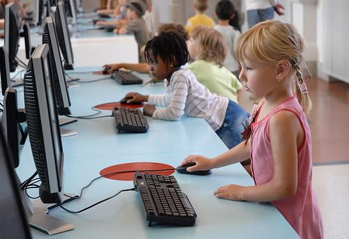 Niños conectándose a internet