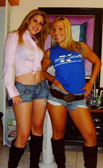 Fairuz y Jennifer (emelec) Tags: girls beautiful miami blondes blonde chicas denim guayaquil hotlegs emelec emelexista emelecista