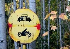 IMG9168. Vanha liikennemerkki Kouvolassa (Timo-Pekka Heima) Tags: auto autumn car sign finland trafficsign syksy kouvola moottoripyörä merkki menneisyys ajokielto