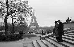 12 marches (march25/AnnaZ) Tags: paris blackwhite nikon december lumire streetphotography together toureiffel hl chaillot annaz amanandawoman d80 unhommeetunefemme artlibre ennoiretblanc duelwinner copyrightedallrightsreserved coldbutwhocares