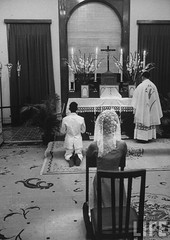 6-1962 Mrs. Dinh Nhu Ngo in private chapel. par VIETNAM History in Pictures (1962-1963)