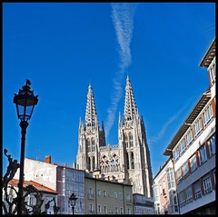LAS AGUJAS DE LA CATEDRAL - BURGOS (SPAIN) (ABUELA PINOCHO ) Tags: espaa spain edificios farola catedral burgos fachada agujas gotico formato estela cuadrado cruzadas formatocuadrado