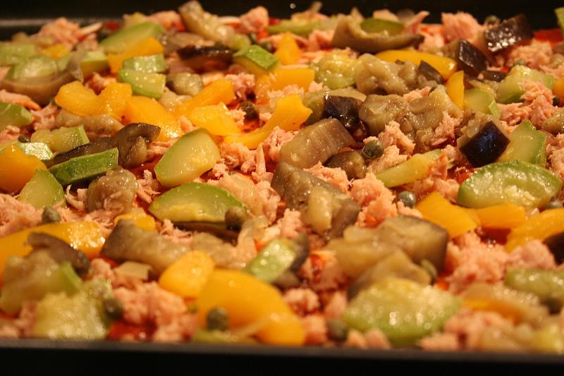 Pizza alla caponata prima della cottura