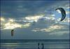Papagaios radicais. (Antonimus) Tags: portugal caparica aclass thebigone my flickrsilver beautifulcapture winnerstrophy chebelloilmare theothervillage citrit seasunclouds beachpraiaplaya blueskiescielosazules ilustrarportugal shining☆star margemsuldotejodealmadaaalcochete ilustrarportugalsérieouro sérieouro atravésdetumirada atravésdaminhalente