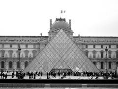 Paris - Lourve Pyramid (B&W) (timinbrisneyland) Tags: people paris france french pyramid louvre flag