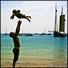 Learning to fly (- FREDERIC MARS -) Tags: sea mer beach daddy kid jump son pinkfloyd teddybear papa enfant plage saut fils nounours cancale tofly voler learningtofly apprendre breatgne tolearn diamondclassphotographer flickrdiamond goldenheartaward