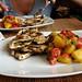 sandwich de filetes de pollo con patatas asadas y tomate