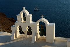 Voilier au soleil couchant (Georges_M) Tags: blue sea mer ship bell bleu santorini greece cruz santorin grèce oia cyclades cloche couchant voilier croix egée kyklades abigfave