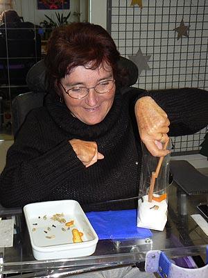 Sylvie prépare les sachets à vin chaud.jpg
