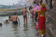 早朝のガンジス河。沐浴する人々。