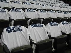 米国カラーのTシャツが掛けられた座席 白