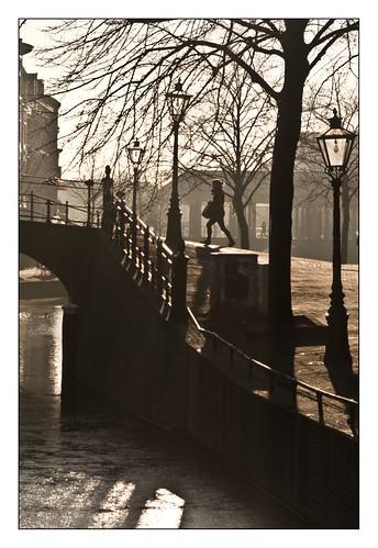 naar de brug toe