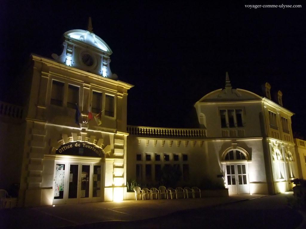 Posto de turismo de Saint-Nectaire, de noite