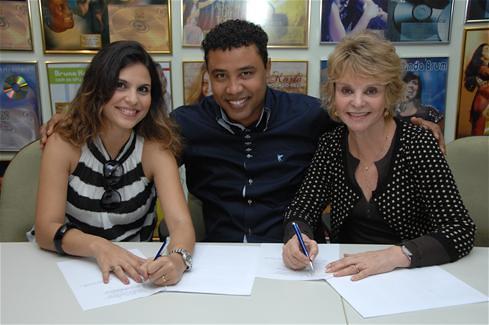 Aline Barros renova contrato com MK Music