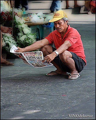 Philippinen  菲律宾  菲律賓  필리핀(공화국) Pinoy Filipino Pilipino Buhay  people pictures photos life reading newspaper sidewalk street philippines