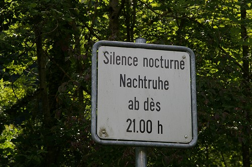 """相信看不懂法文的你我 也可以了解這個意思 """"超過21:00 就不要再吵了 不然 給你爸記著"""""""