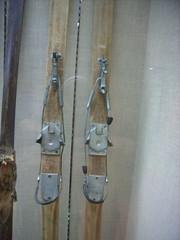 昭和初期の頃のスキー。ビンディングの構造は今のテレマークとさして変わらない(どっちかいうとテレマークがオールドファッションなんだな)。