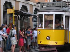"""antico tram (""""pipopipo"""") Tags: portugal lisboa tram viaggio lisbona portogallo attesa fermata prazeres mezzoditrasporto canoniani ilustrarportugal maluchiffaritime"""