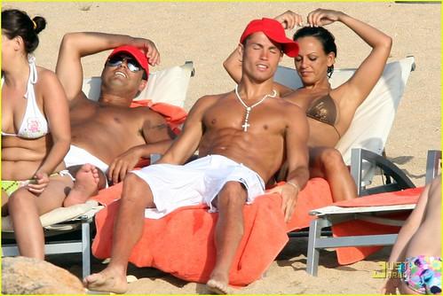 ronaldo e nereida na areia da praia